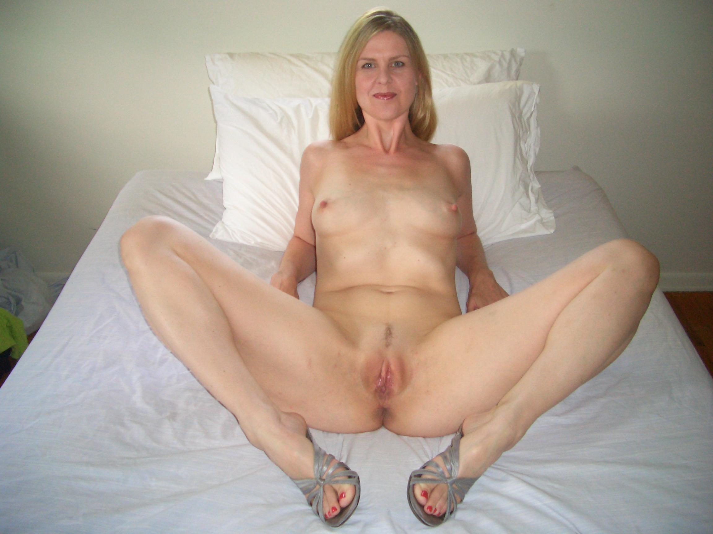 Mature bed spread in nude milfs