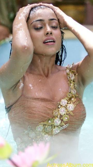 Saran nude water shriya in