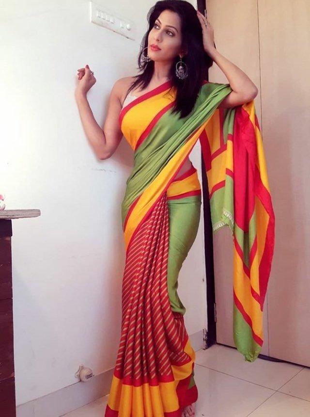Hot aunty sexy saree back pic