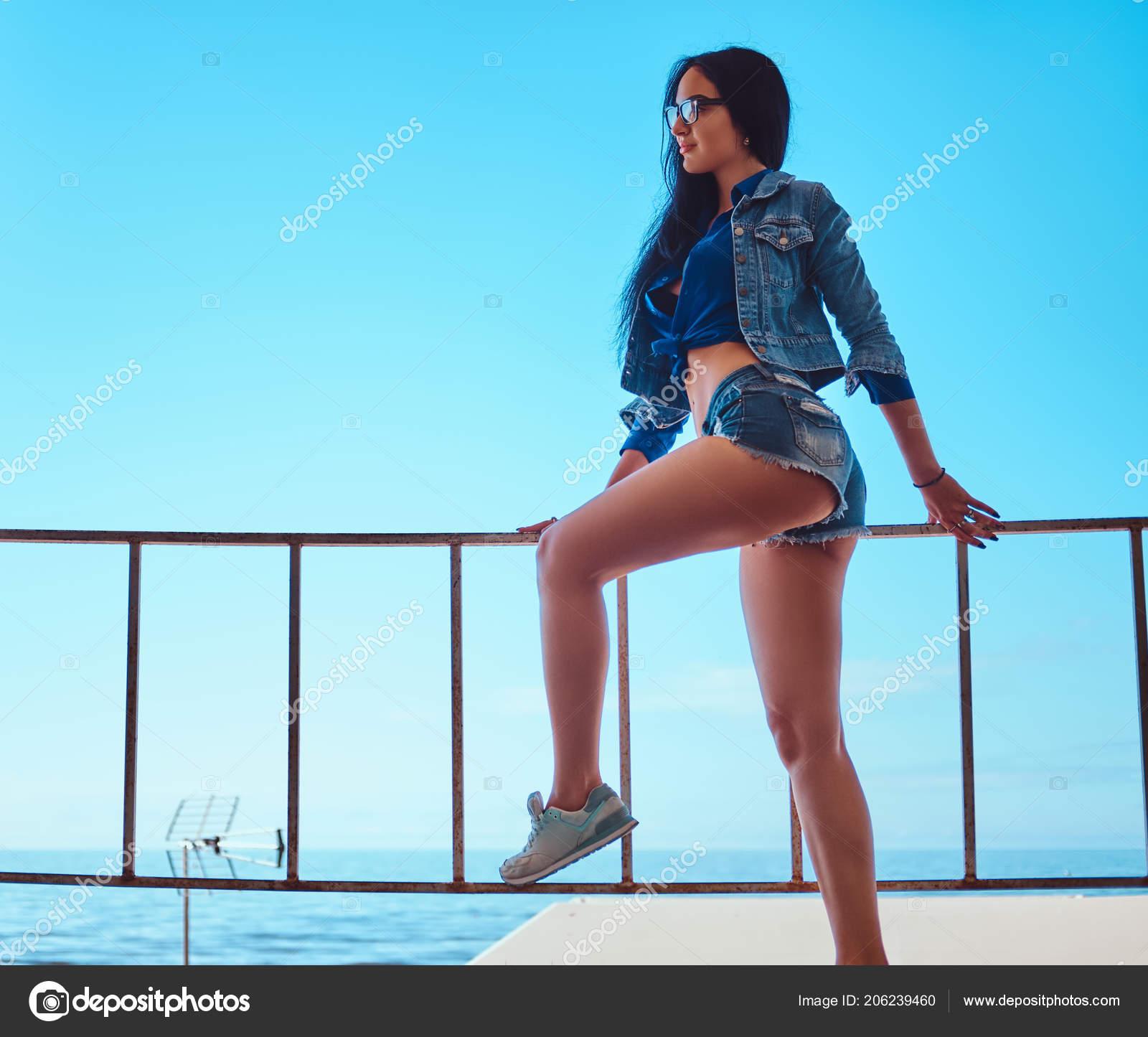 Girls short sexy shorts wearing