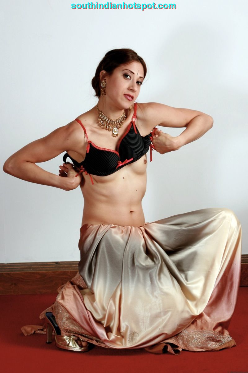 Pic saree nude bhabhi in sexy